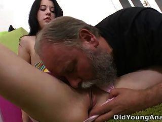 Olga hat ihre Oberseite von ihrem älteren Mann heruntergerutscht und er leckt