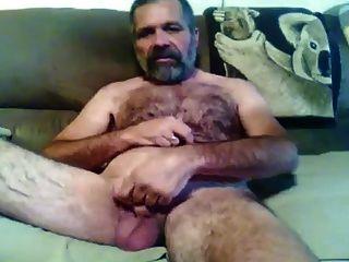 haariger bärtiger Papa, der für die Kamera zeigt