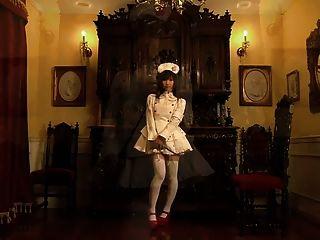 nettes japanisches Mädchen zeigt ihr schüchternes Höschen