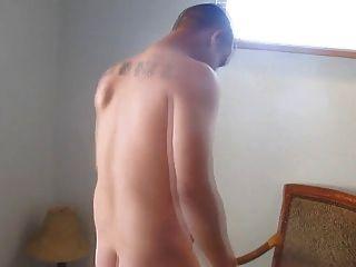 se pajea y juega con su culo