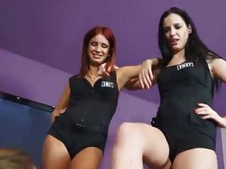 2 junge Prinzessin benutzt lesbische Füße Sklave