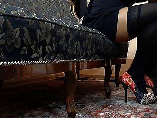 schwarze Nylons und rote Schuhe