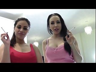 zwei oberste sexy Göttin rauchen und demütigen