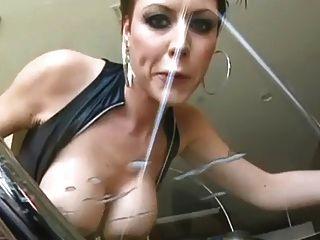 Hot Busty Milf leckt seine riesige Ladung aus Glastisch!