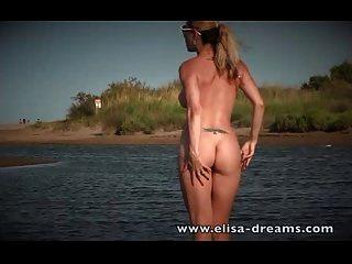 öffentliche Nacktheit und Masturbation auf dem Sand