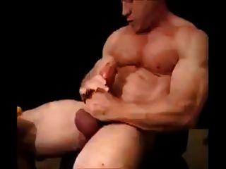 Papa schlägt seinen großen gepumpten Hahn