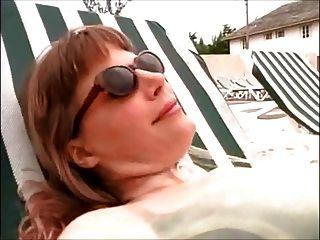 lesbische Herrin benutzt Sklave am Strand
