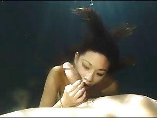 asiatische Schönheit unter Wasser Blowjob