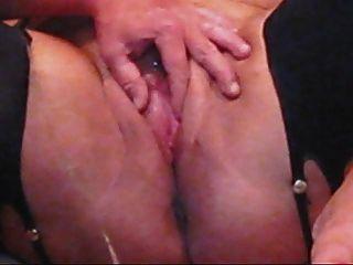 Mein Mann verbreitete meine rosa breite und machte mich nass mit einem kleinen Spritzen