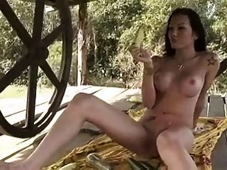 tgirl hottie benutzt Frucht, um sich selbst zu ficken