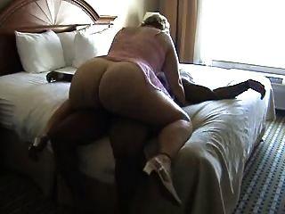 bbw reifen reitet einen Schwanz auf dem Bett