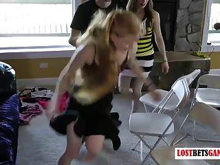 Streifen musikalische Stühle mit sieben Mädchen und drei Jungs