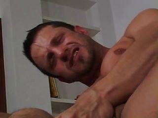 2 große Schwänze in seinem Arsch