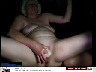 Oma sehen, die Spaß auf Webcam hat