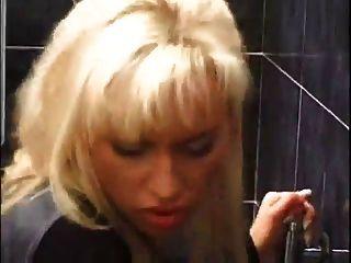 Hündin blonde fucking eine seltsame in einem Restaurant