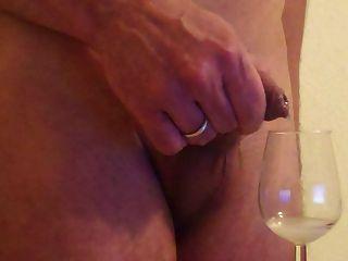 Vorhaut Schuss weichen Schwanz in Weinglas trinken
