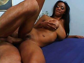 schwarze Babe riesige Titten wird gefickt