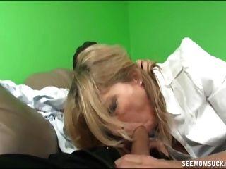 Mutter und nicht ihre Tochter saugen einen Boner