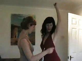 zwei milfs tanzen und entkleiden nach der party