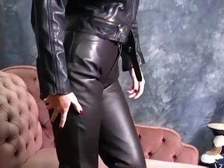 heiße babes in leder auf engen Hosen und sexy Stiefel necken
