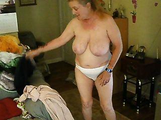 ausgesetzt und unbewusst Frau Cora wechselnde Kleidung