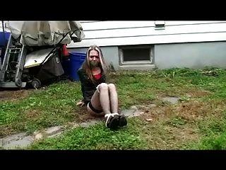 hogtied eng im Garten