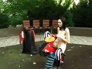 Goth Mädchen nackt auf Spielplatz Spielzeug
