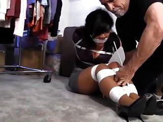 Gigi gefesselt in der Lagerung