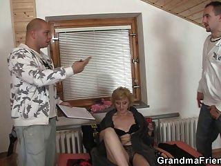 Sex-Spielzeug und zwei Schwänze für freche Oma