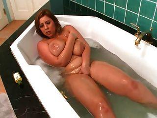Mama spielt mit sich selbst im Bad