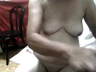 Pinay Oma spielen mit ihrer fetten Pussy