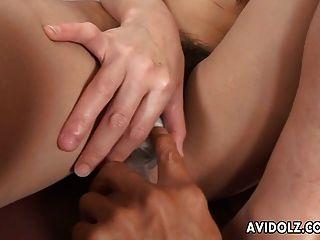 asian lass bekommt ihre haarige Pussy gefingert und spielzeug
