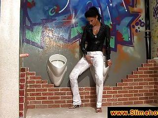Ihre weiße Hose ist von cum gefärbt