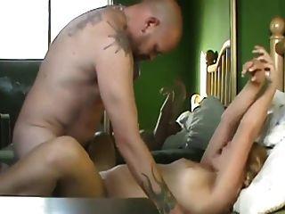 heiße mollige Blondine mit tätowierten Mann