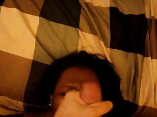 volle Gesichtsbehandlung für schwarze Frau mit schlaffen Titten