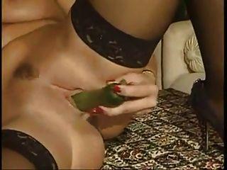 Foto-Shooting mit Gemüse erregt das Modell Mädchen.