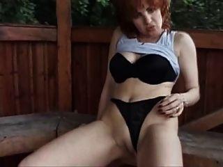 Natürlicher Amateur-Redhead Milf Viv masturbiert im Freien