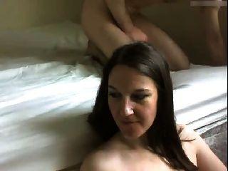 Frau bekommt Gesicht gefickt