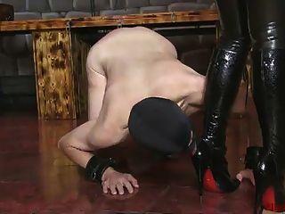 ella kross: reinige meine Stiefel mit deinem Mund
