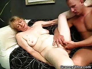 haarige Oma Hahn saugt und wird gefickt