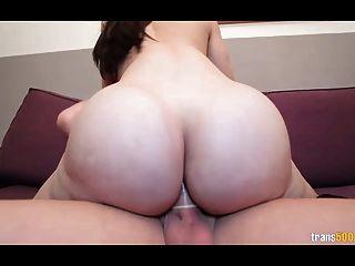 sexy shemale mit riesigen Arsch und Titten nimmt harten Schwanz