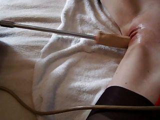 meine heiße Arschfrau spielt mit ihrer Fickmaschine