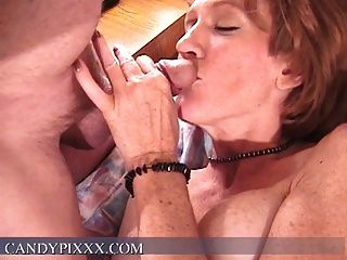 Schlampe fucking sich mit einem Sex-Spielzeug