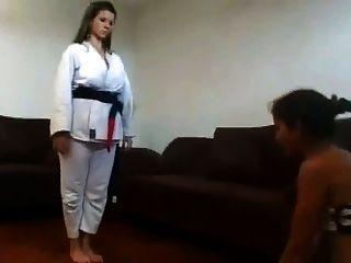 Herrin hatte Karate Training auf ihrem Sklaven Gesicht Teil 2 von 2