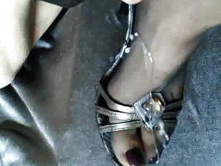 Sperma auf Strumpfhosen Füße in High Heels