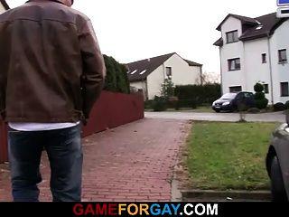 Gerade Kerl öffnet seine Hintertür für einen Schwanz