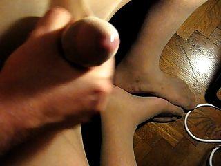 Cumming auf meine Füße durch Strumpfhose
