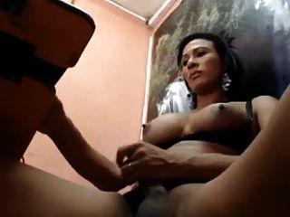 shemale streichelt ihren dicken Schwanz auf cam, bit tits aus