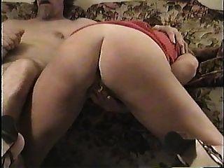 submissive Schlampe Frau saugt Hahn und Finger Arschloch
