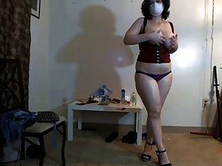 busty, mollig Mädchen in Maske tanzen auf Webcam